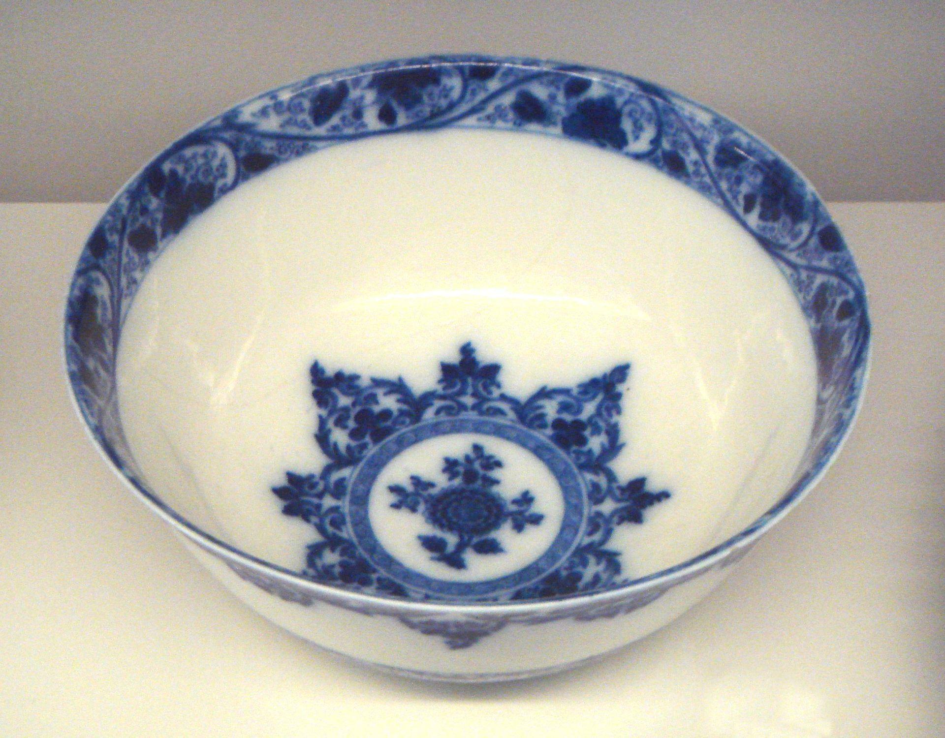 Saint-Cloud manufactory soft porcelain bowl, with blue decoration under glaze, 1700–1710.