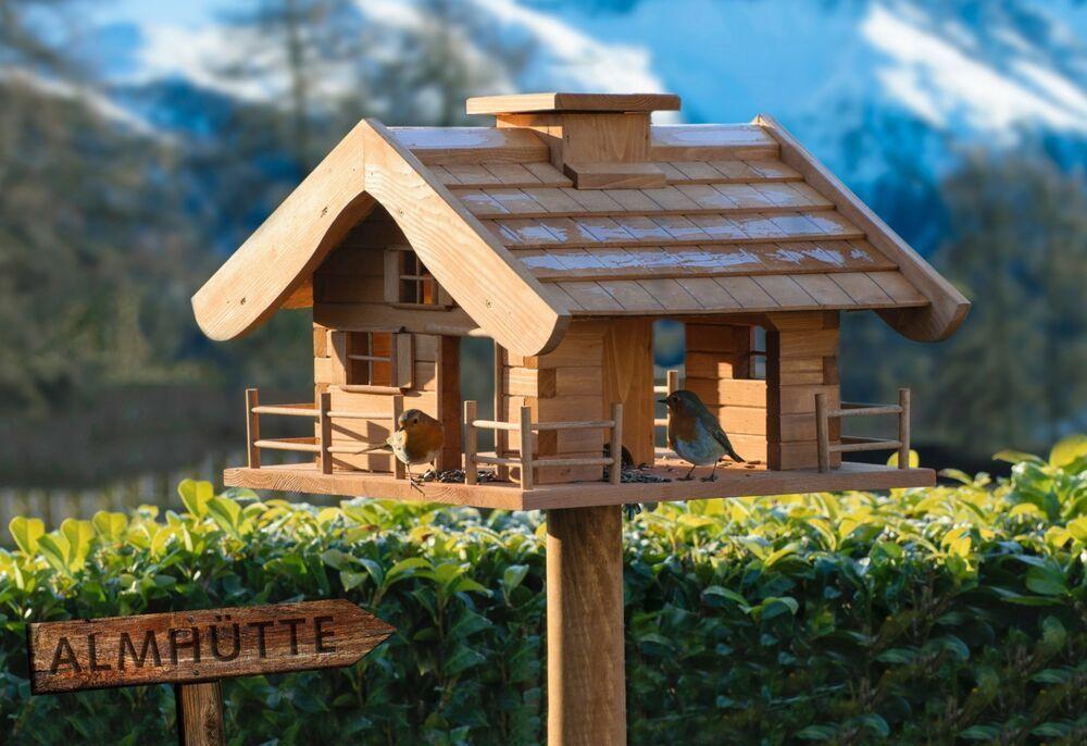 Dieses Grosse Vogelfutterhaus Im Blockhutten Stil Ist Eine Optische Bereicherung Fur Jeden Garten Das Viereckige Vogelhaus Vogelfutterhaus Futterhaus Vogelhaus