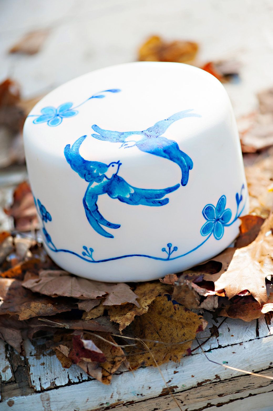 Hand painted blue willow inspired design on this cake is amazing!