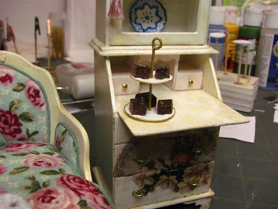 Dollhouse Miniature Furniture - Tutorials | 1 inch minis: two tier dessert dish #dollhouseminiaturetutorials