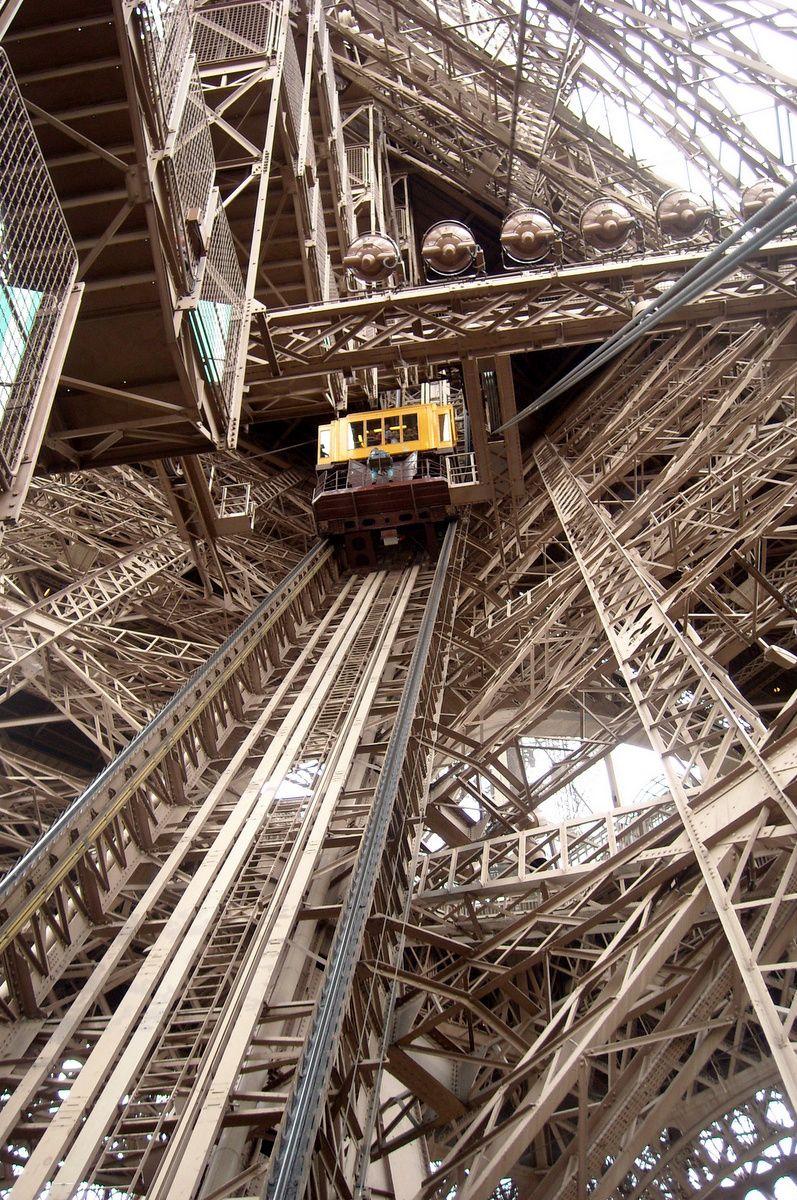Tour Eiffel, Paris, France by Maurie Daboux