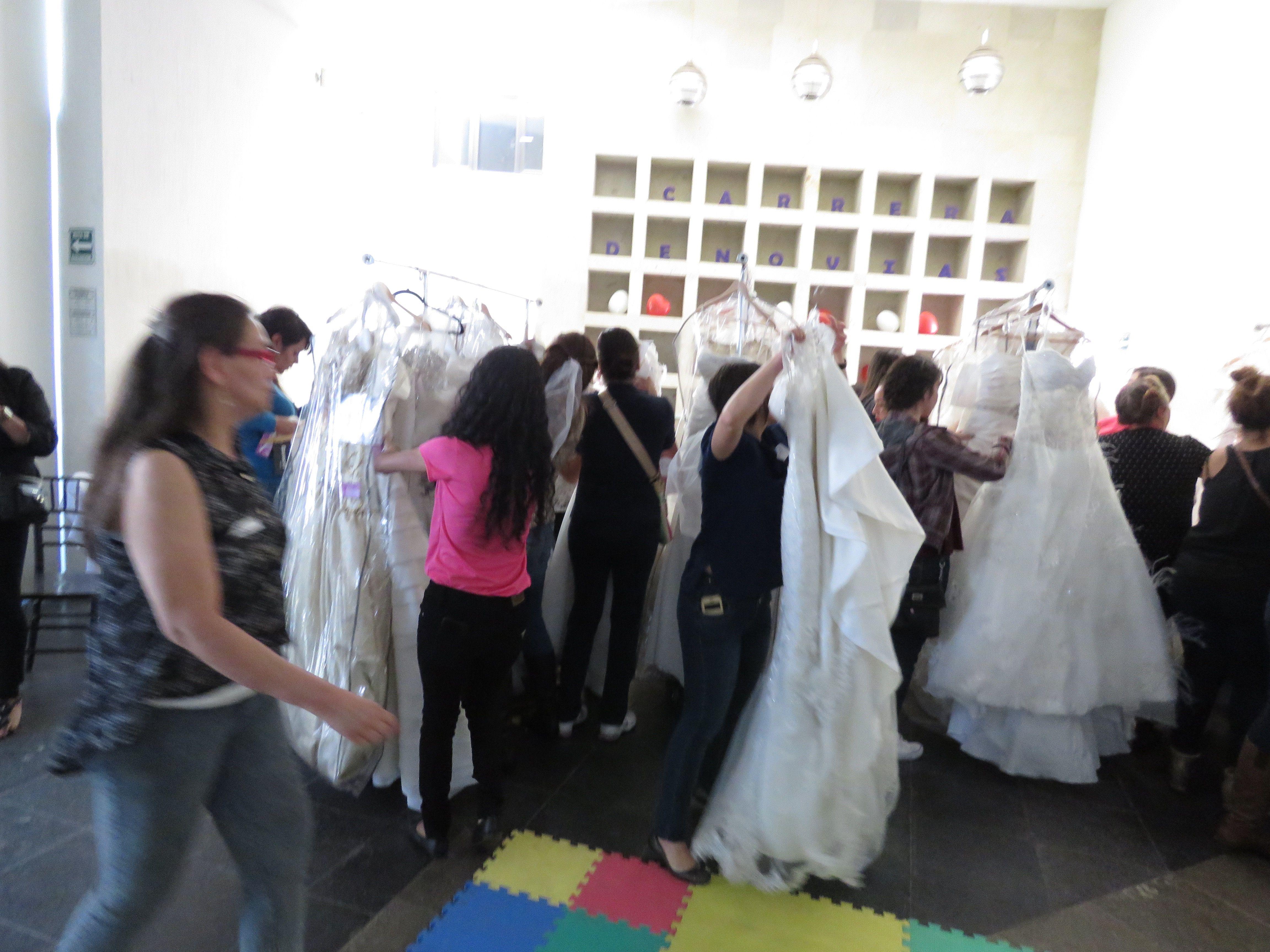 Lo más rápido posible, elegir o descartar, sin importar talla solo diseño y va, sexta carrera de novias.