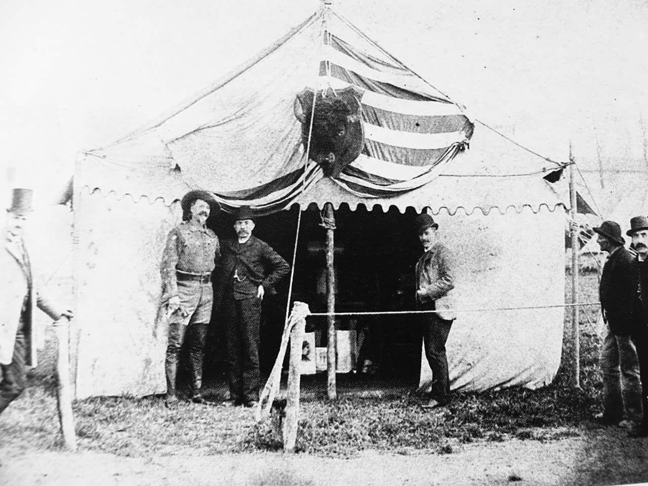 Buffalo Bill, nome d'arte del colonnello americano William F. Cody, nella sua tenda nell'allora Piazza d'Armi, l'attuale Circonvallazione Piazza D'Armi, prima del suo spettacolo. Anno: 1906 Si ringrazia Roberto Stanghellini per la foto