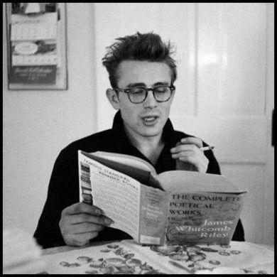 James Dean leyendo