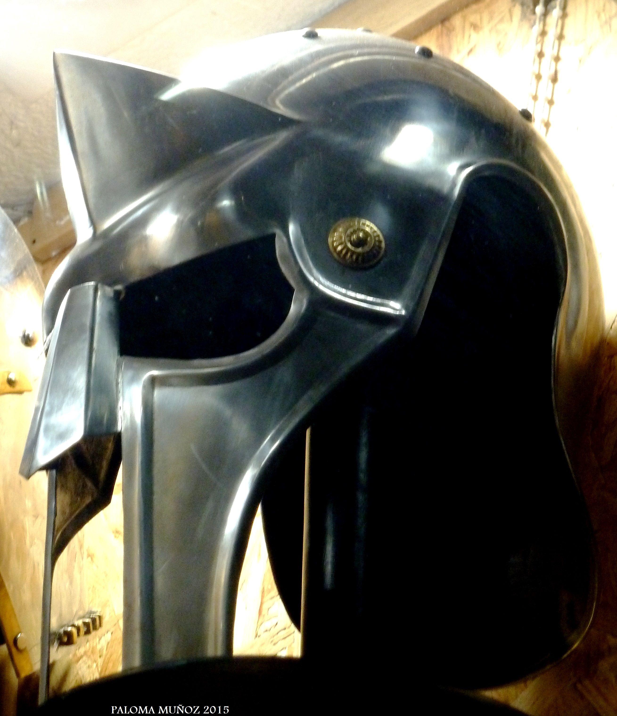 """Reproducción de casco que utilizaba Russell Crowe en la película """"Gladiator"""". Tienda de reproducciones famosas, Toledo. Playing helmet used Russell Crowe in """"Gladiator"""". Shop famous reproductions, Toledo"""