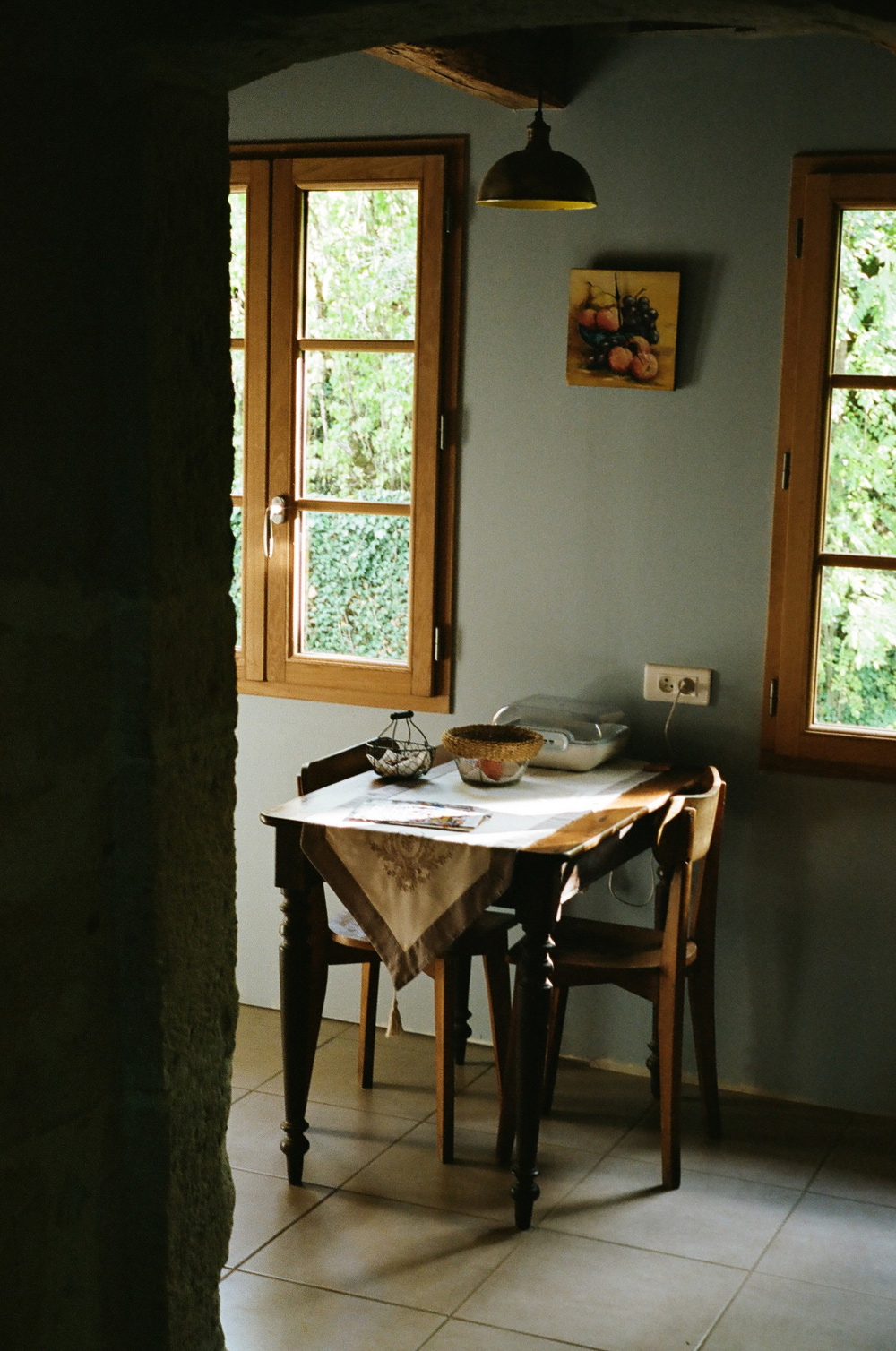 Une Cuisine De Campagne Au Style Rustique Chic Countryside Kitchen Table In Southern France Idee De Decoration Decoration Rustique Decoration Maison