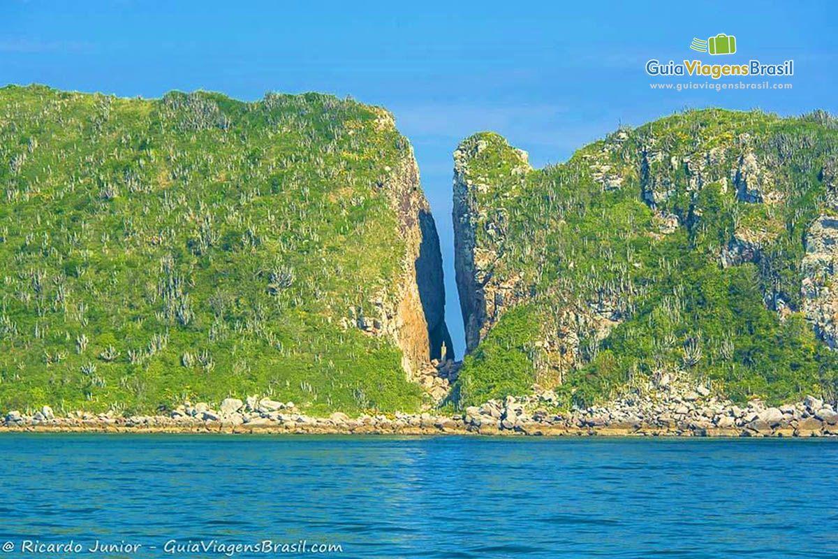 Imagem Das Fendas Na Pedras Na Ilha Do Farol Em Arraial Do Cabo