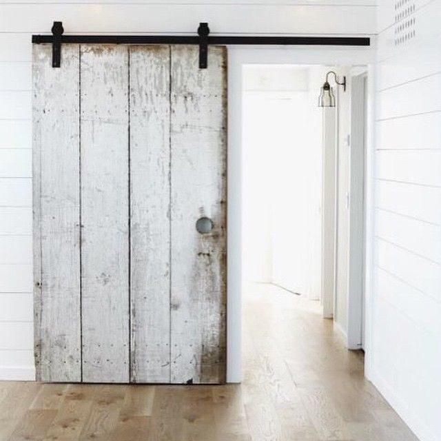 That Door Makes For The Perfect Modern Farmhouse Photograph Taken By Mark Adams Avec Images Grange Renovee Porte Coulissante Portes De Grange Interieur