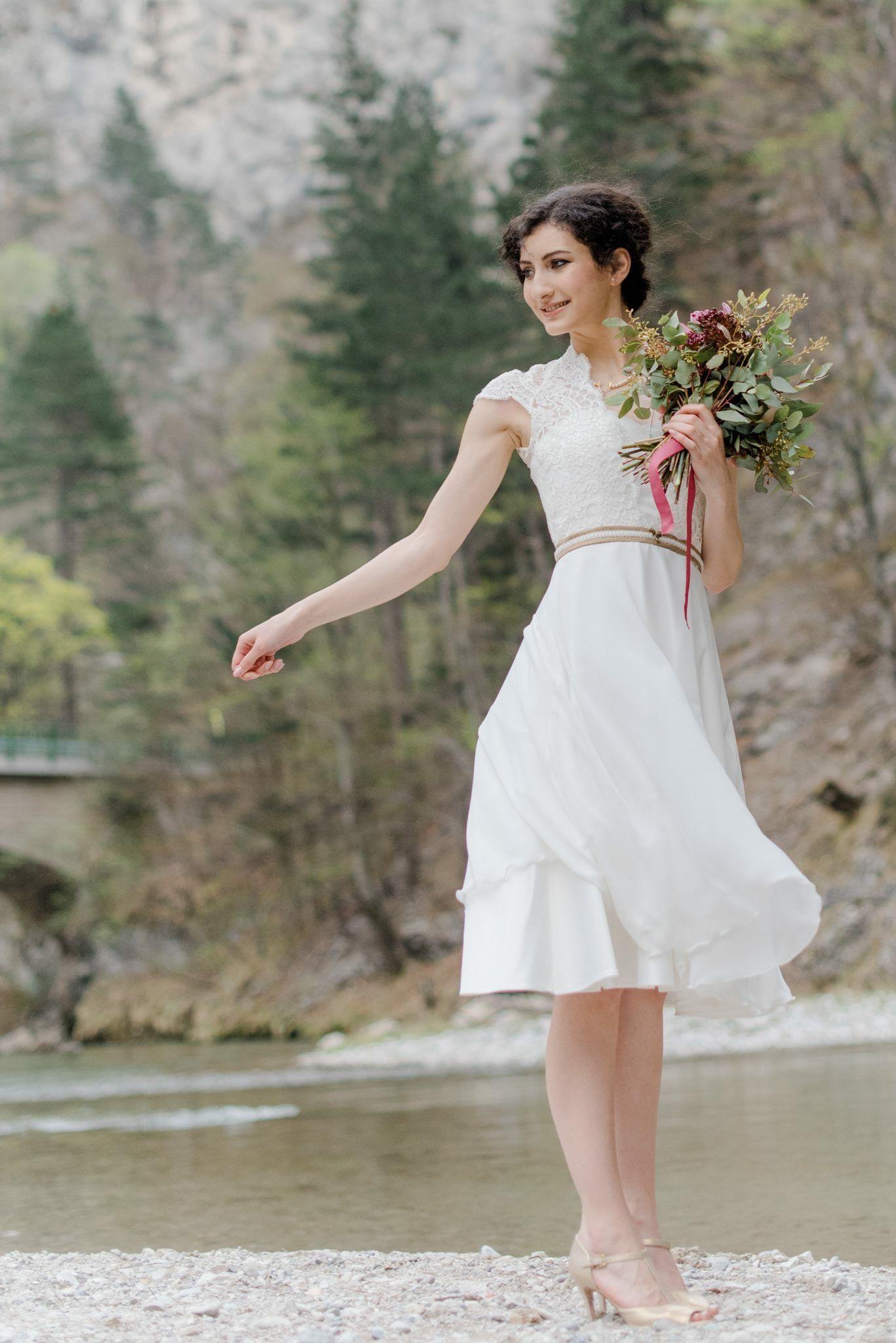 Sommerliches Brautkleid in knielang für die standesamtliche