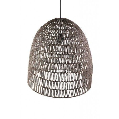 deze gehaakte hanglamp heeft een open gehaakte structuur en geeft