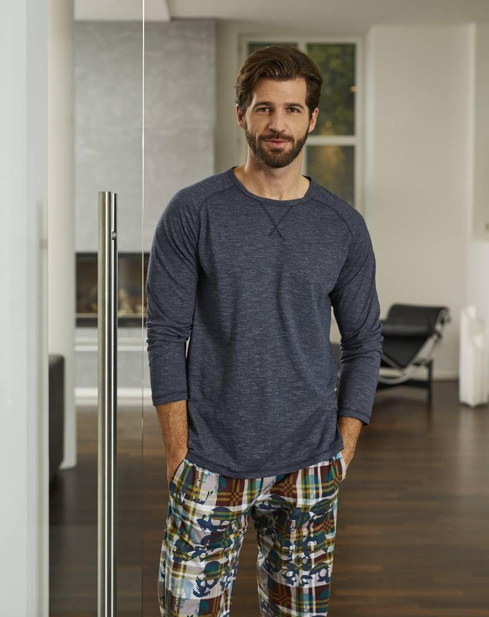 Ringella Men Pyjama 7541217 Eine gelungene Kombination von unifarbenem Oberteil und einer Hose im trendigen Dessin. Ziernäht schmücken das Oberteil. Die Hose steht durch das angesagte Muster ganz im Blickfeld.