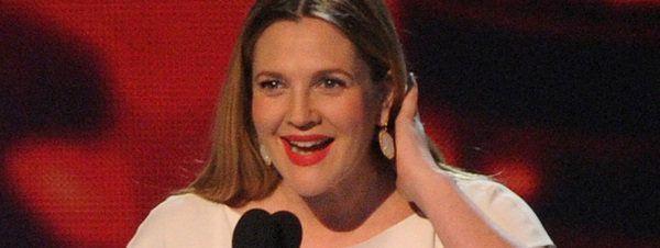 Drew Barrymore luce su avanzado embarazo en People's Choice Awards