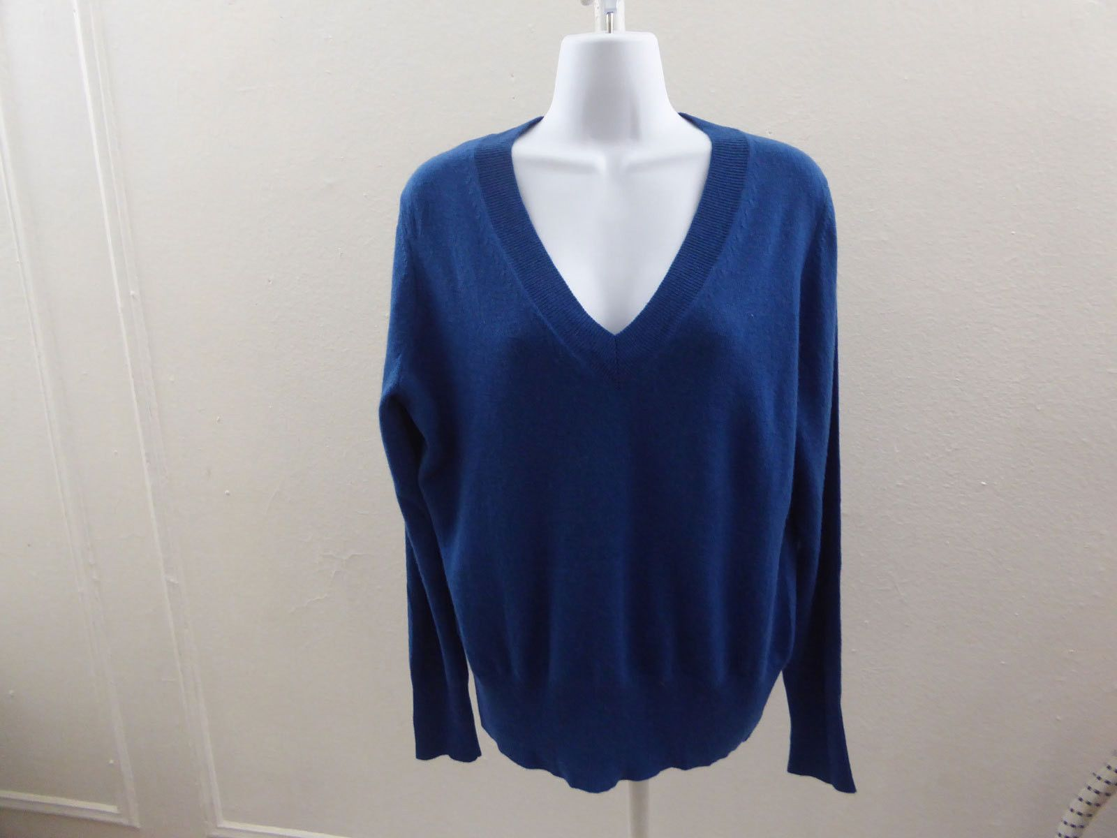 100% Cashmere Sweater size XL Blue V Neck Womens Neiman Marcus 44 ...