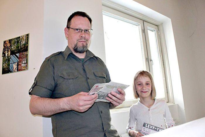 Musiikki vei miehen mukanaan. KUvassa Levymessujen järjestäjä Marko Tuominen tyttärensä kanssa. | Aamuposti, kuva: Mia Lagström