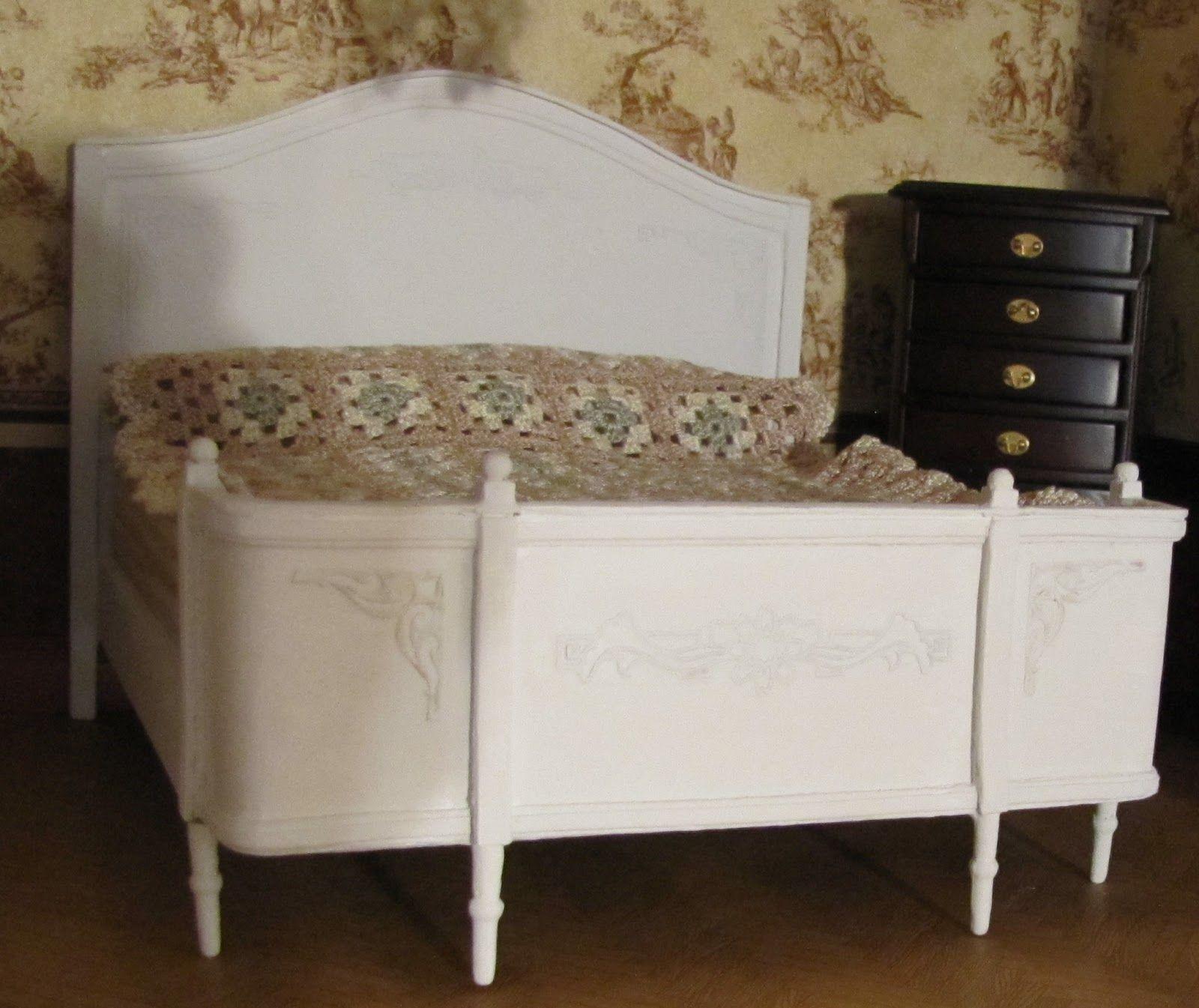 """Sänky valmis. Se on tehty Krisin sängyn mallilla, vähän """"fuskaten"""". Maalasin sängyn vaalealla kalkkimaalilla. Päädyissä olevat koristeet ..."""