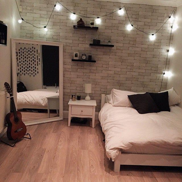 Gemütliches Schlafzimmer Mit Lichterkette Dekoriert, Großem Spiegel Und  Möbeln In Weiß