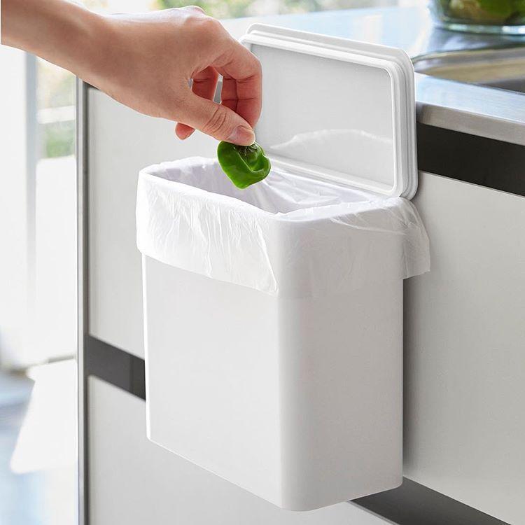 シンク扉や冷蔵庫横などにカンタン取り付けの収納ボックス マグネット シンク扉ゴミ箱 タワー のご紹介です 調理中に出るゴミ をその場で捨てられ 蓋付きなのでゴミも見えずにスッキリ パッキンが付いているのでニオイを防止できるのも嬉しいポイント ゴミ箱