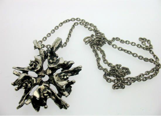 Design Kalevi Sara, hopeinen kaulakoru, ketjun pituus n. 60cm, riipuksen mitat n. 5cm x 4,5cm