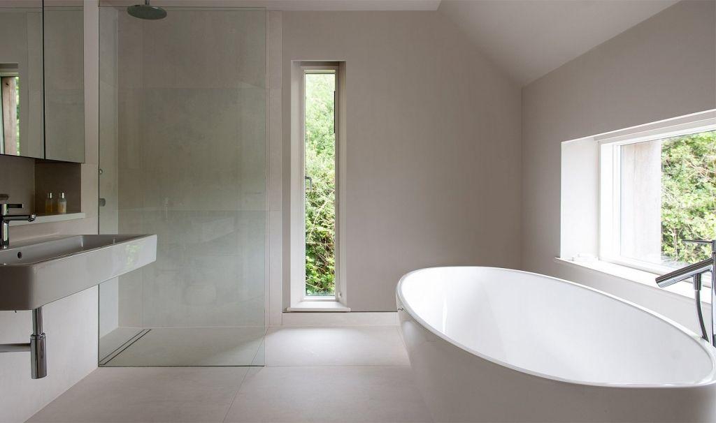 helles badezimmer mit freistehender badewanne und offener dusche - Bad Freistehende Badewanne Dusche