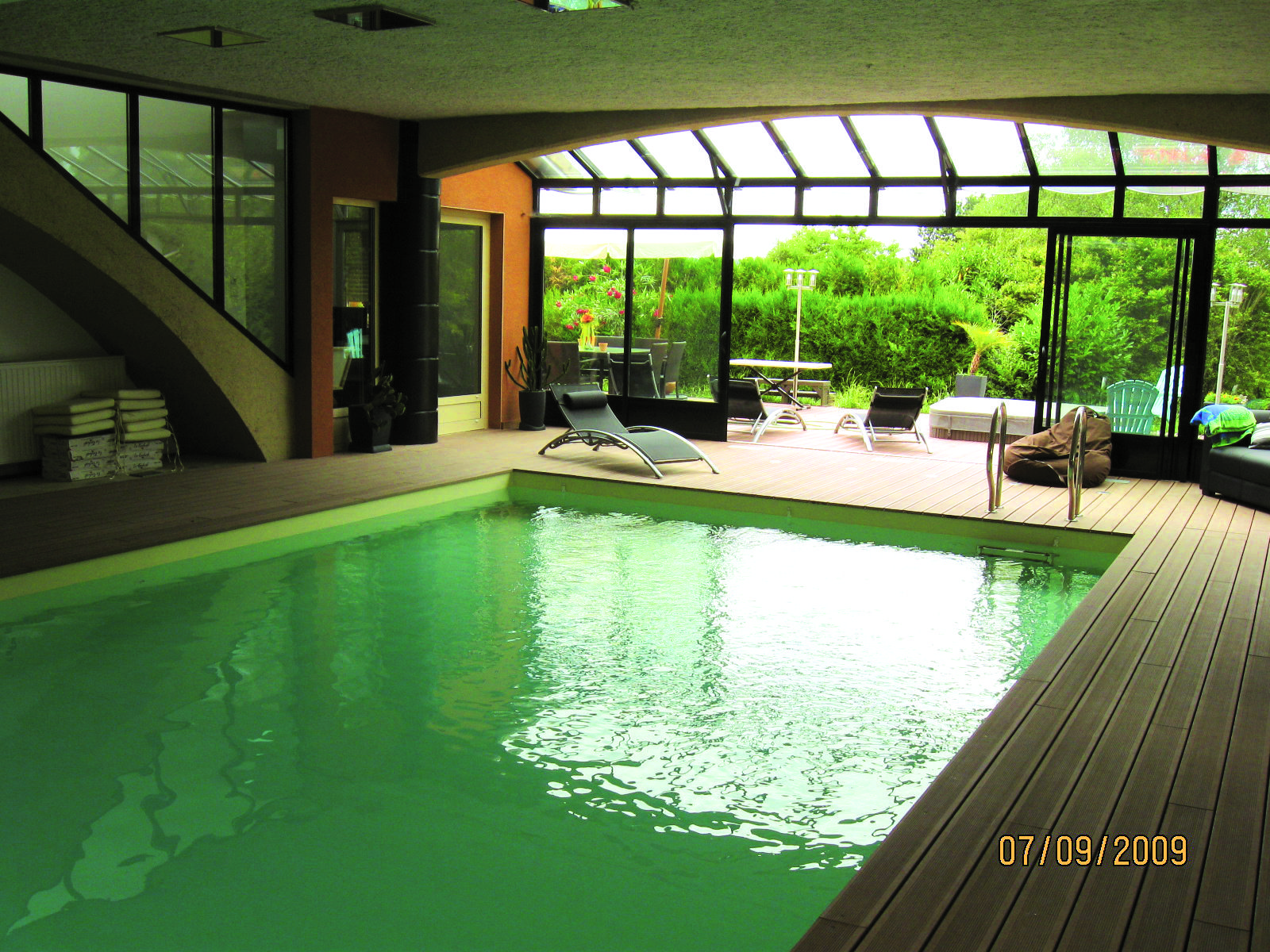 Piscine intérieure - construction #piscine - idée détente   Cour ...