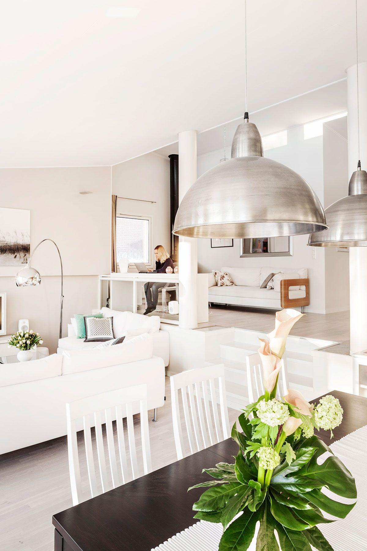 Kahteen tasoon jakautuvassa yhtenäisessä työ-oleskelu-ruokailu-keittiötilassa riittää valoa ja avaruutta.