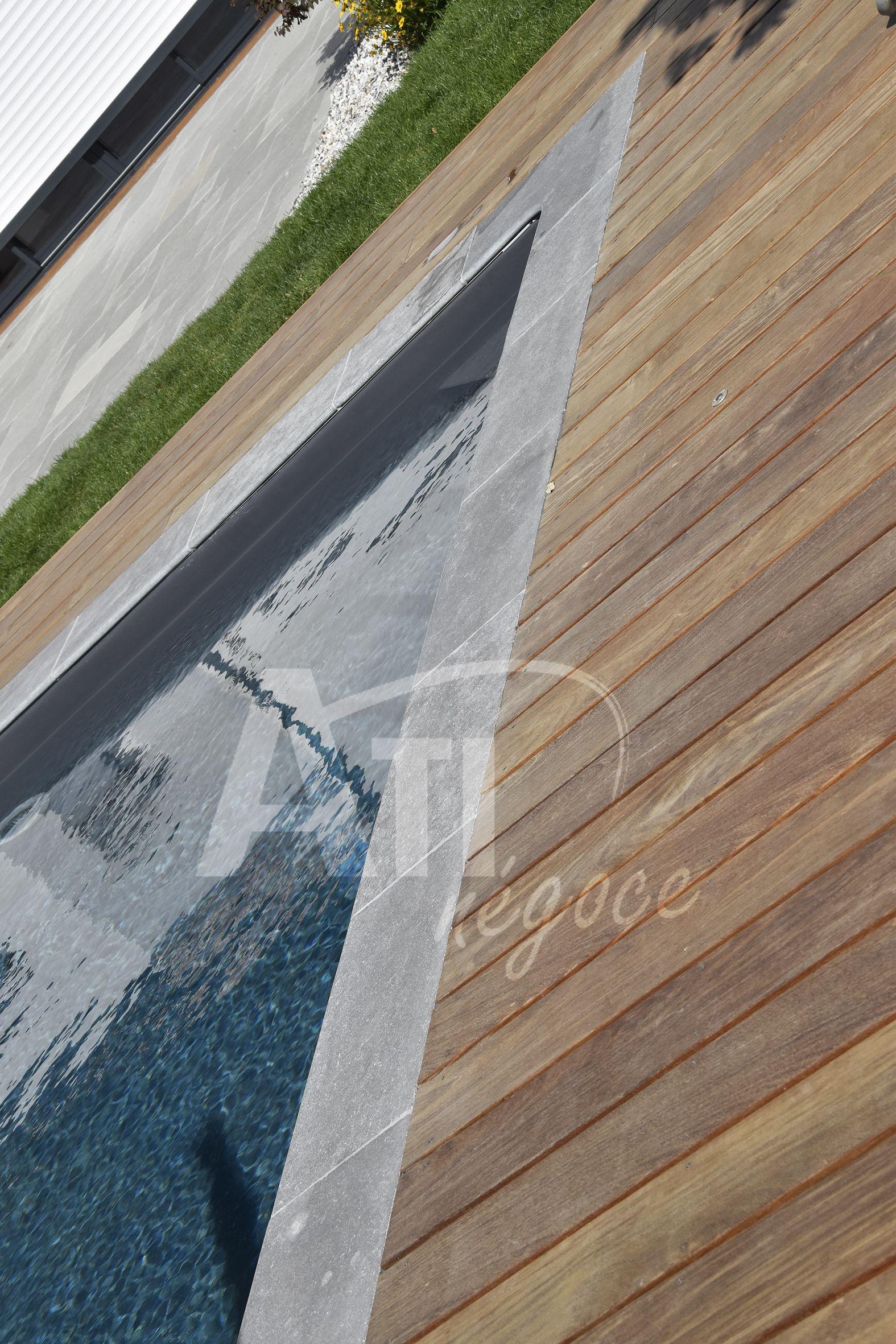 Terrasse Mélange Bois Et Pierre mélange de pierre et de bois pour cet habillage de piscine