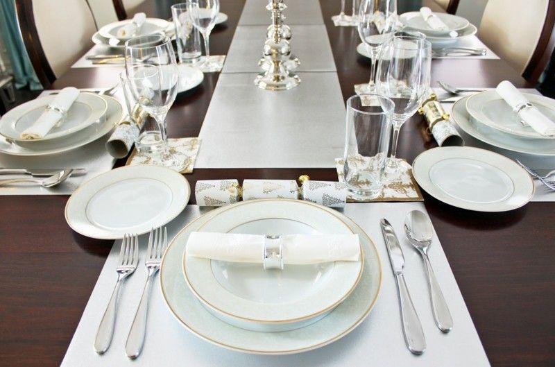 Tischdeko weihnachten silber blau  Tischdeko in schlichtem Weiß mit Goldakzente | Tischdekoration ...