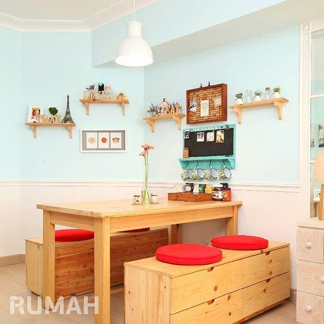 Sudut Ruangan Yang Sempit Disulap Menjadi Ruang Makan Yang Cantik Pernik Dekorasi Di Ambalan Dan Meja Makan Berbahan Jati Belanda Semakin Interior Rumah Ikea
