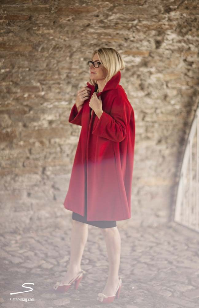 Wrap yourself up in this handmade red coat from sisterMAG N° 4 #fashion #wardrobe Photo: Ashley Ludäscher