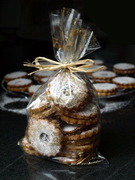 """Paquet de petits gâteaux de Noël maison """"Linzer Augen"""""""