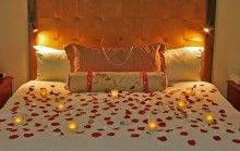 Romantic hotel room decoration for a wedding anniversary for Hotel wedding decor