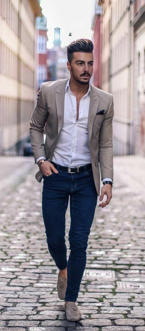 tenue classe homme, vêtement homme classe, jean en denim bleu, chemise  blanche, mocassins couleur sable beiges, veste beige