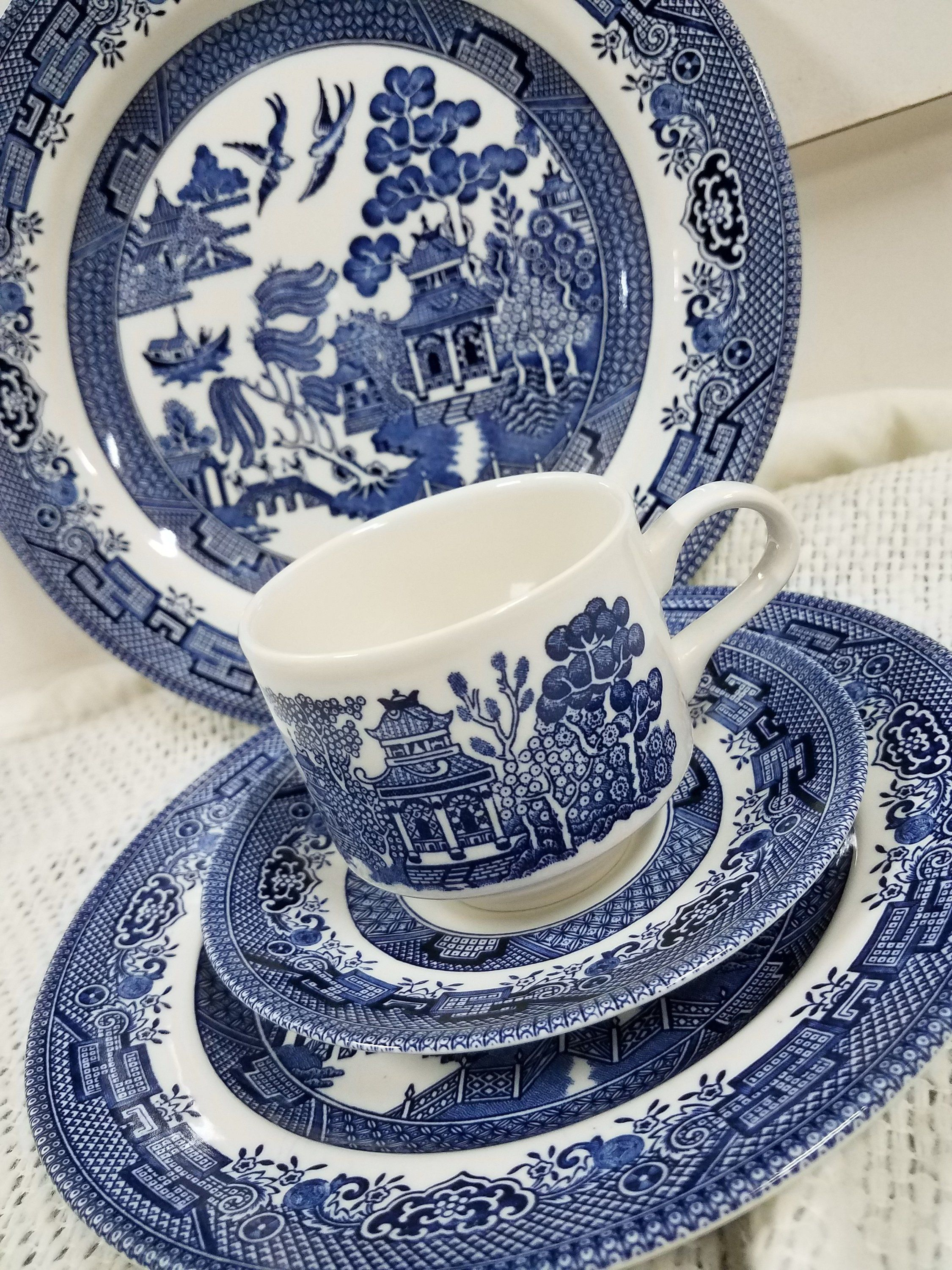 Vintage Blue Willow 4 Pc Place Setting By Churchill Made In Englan By Teresascholledesigns On Etsy Blue Willow Blue White Decor Willow Pattern