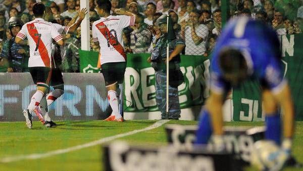Teo festeja con Mora uno de sus goles ante Sarmiento. (Télam)