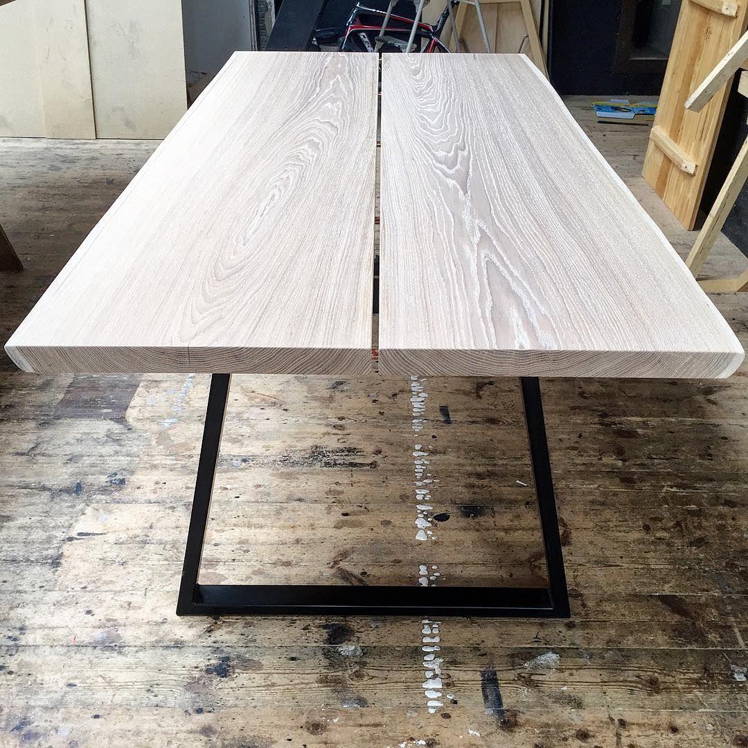 220x100cm bord i hvidpigmenteret egetræ med sorte Trapez bordben ...
