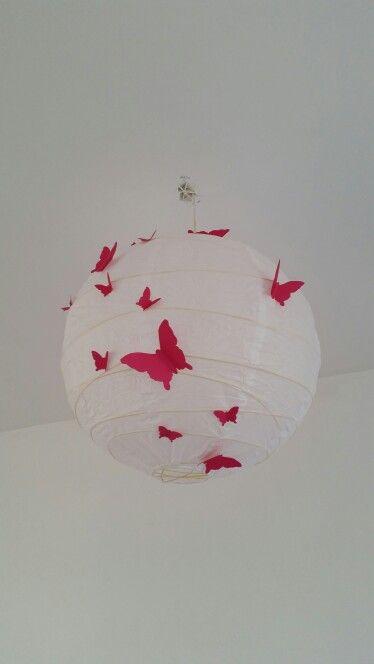 ikea lamp beplakt met roze vlinders voor in de babykamer, Deco ideeën