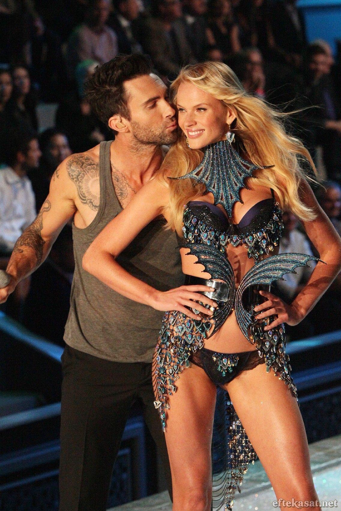 Adam Levine of Maroon 5 kissing girlfriend Anne Vyalitsina ...