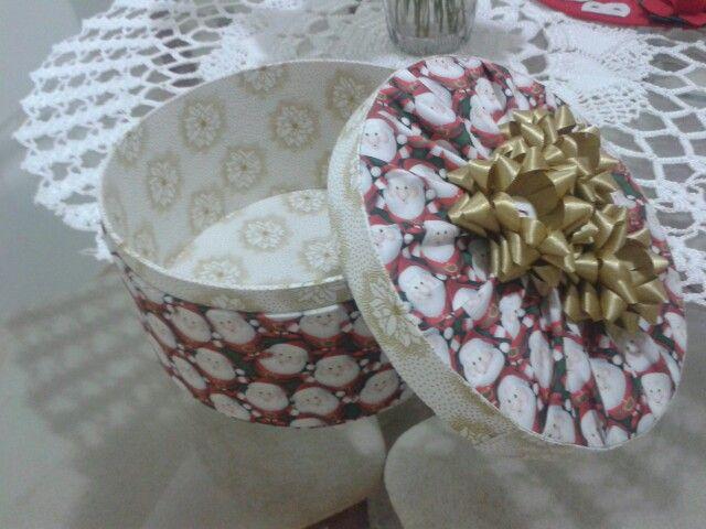 Caixa redonda para bombons em cartonagem...tema natal