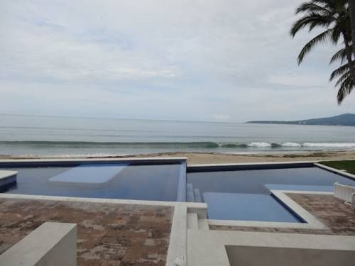 Casas Cocoteros 1 Puerto Vallarta Located in Bahía de Banderas Beach, Casas Cocoteros 1 offers an outdoor swimming pool and a private beach area. This accommodation features free Wi-Fi throughout and stunning sea views.