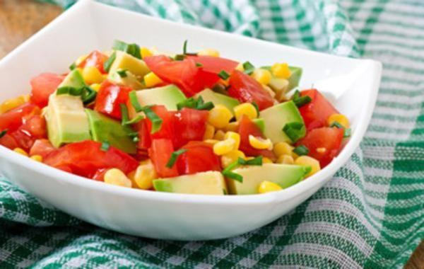 Ensalada de verano de maiz y tomate. Enasalada maiz, tomate y aguacate, fria, rapida y facil.