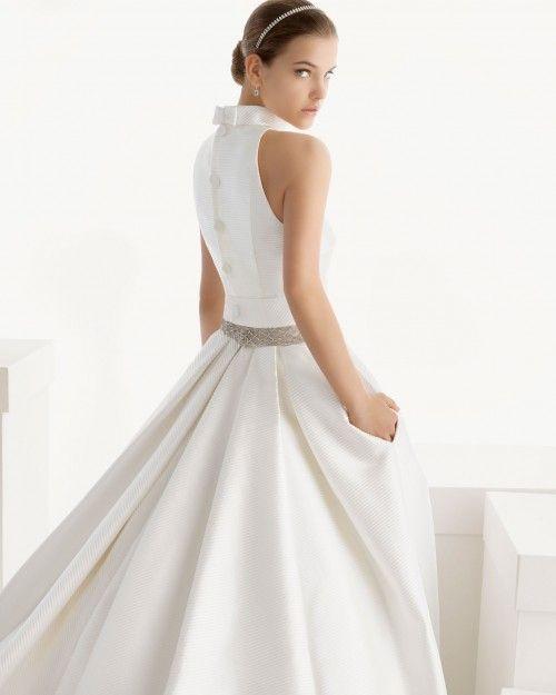 vestido de novia con bolsas con detalle de moño en la espalda, cauda