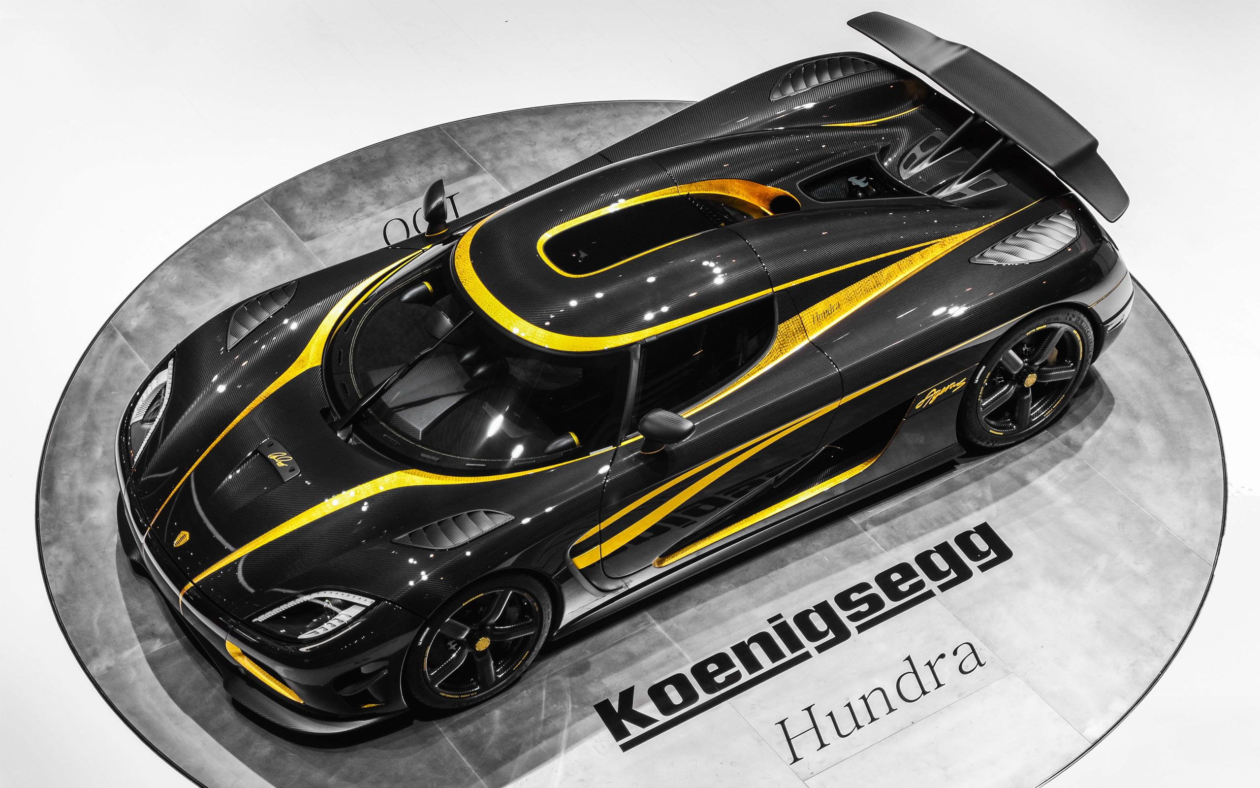 bugatti veyron vs koenigsegg agera s hundra drag race. Black Bedroom Furniture Sets. Home Design Ideas