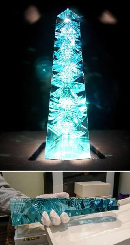 """Dom Pedro, El mas grande Gema del Aquamarine del mundo.  La gema azul-verde con forma de obelisco, que fue diseñado por el famoso alemán gema cortador de Bernd Munsteiner, conocido como el """"padre de la corte de fantasía,"""" representa 14 pulgadas (35,5 centímetros) de altura y un peso de 10.363 quilates, o 4.6 libras (dos kilogramos).  (Enlazar):"""