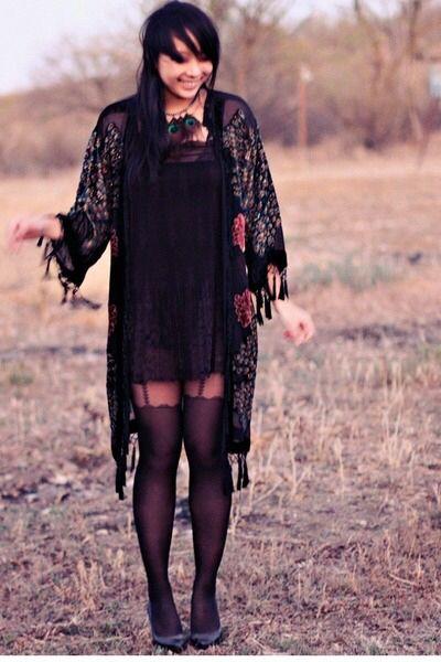 Bild från http://images0.chictopia.com/photos/turquoisepassion/10213269559/black-vintage-coat-black-asos-dress-black-forever-21-tights_400.jpg.