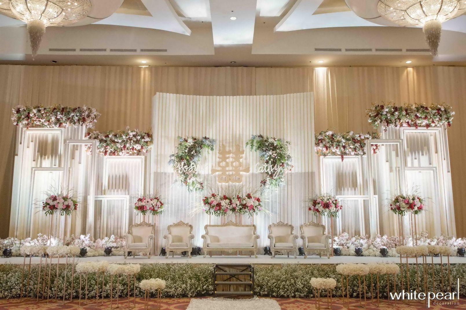 Dekorasi Pernikahan Warna Gold Dan Putih Cek Bahan Bangunan Dekorasi pelaminan putih gold