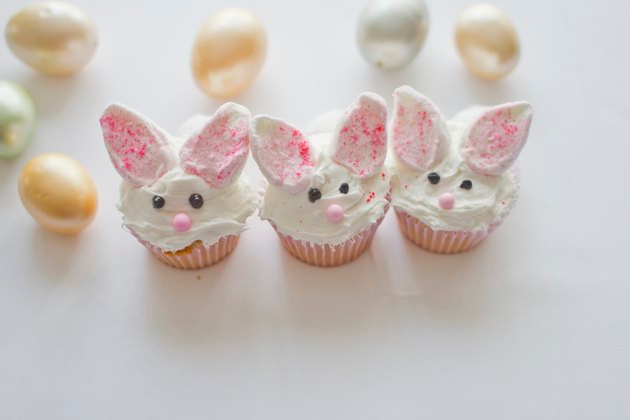 Sweet Idea on How to Decorate a Cute Bunny Cupcake - Easter sweet treats, Bunny cupcakes, Easter dinner, Easter dinner recipes, Easter cupcakes, Sweet treats - This is a cute tutorial on how to make adorable bunny cupcakes for your next spring or Easter party or gathering