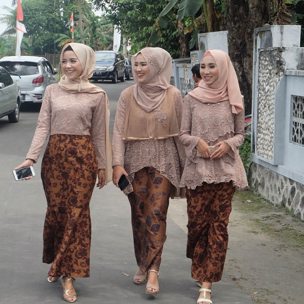 Model Kebaya Modern Brokat Rok Batik Solo Aqmar Pinterest Kebaya Model Kebaya And Model