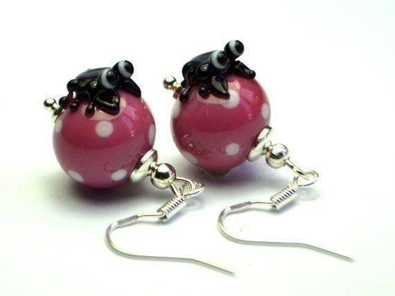 Diese süßen Ohrhänger sind aus handgefertigten Lampwork Perlen und Ohrhaken aus 925 Silber.    Wenn Sie die Ohrhänger in einer anderen