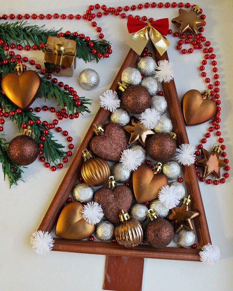 Новогодняя елка из дерева, с елрчными игрушками, конфетами ...