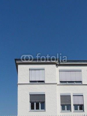 Weißes Gebäude mit Jalousien als Sonnenschutz in Bielefeld Schildesche im Teutoburger Wald in Ostwestfalen-Lippe